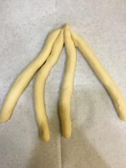 4條麵條緊黏在一起